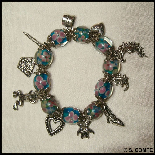 Bracelet à breloques et perles fleuries bleu