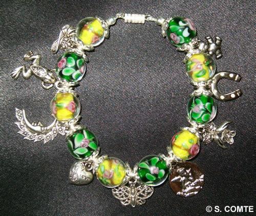 Bracelet à breloques et perles fleuries vert et jaune